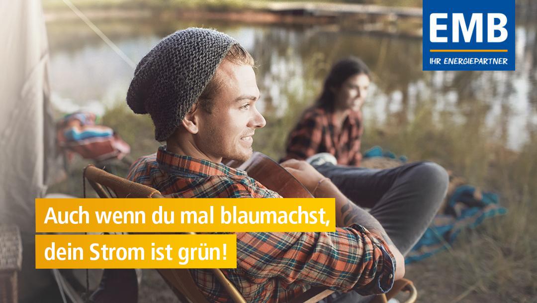 Kampagnenmotiv Blaumachen: Camper mit Gitarre am See